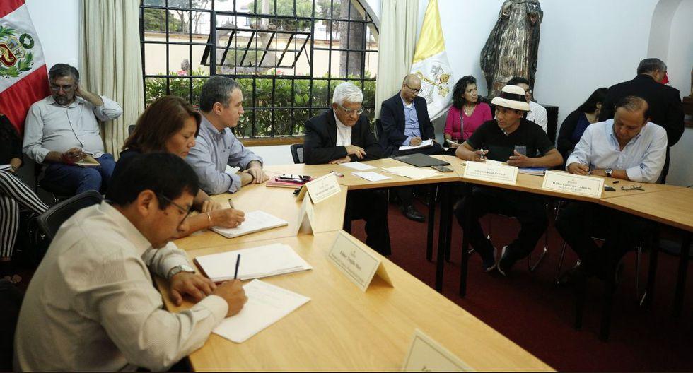 Ejecutivo se reúne con dirigente de la comunidad de Fuerabamba Gregorio Rojas, el monseñor Miguel Cabrejos y otros políticos para solucionar el conflicto en Las Bambas. (@pcmperu)