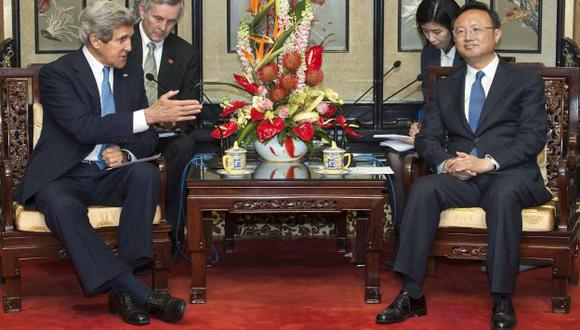 John Kerry y Yang Jiechi en diálogo con la prensa. (AFP)