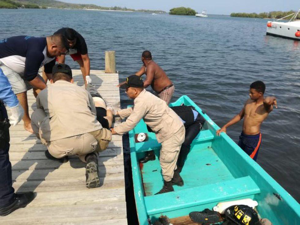 Bomberos y policías hondureños ayudaron a rescatar los cuerpos de las víctimas. (Foto: AFP)