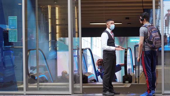 Un empleado municipal distribuye mascarillas en Rotterdam. (Foto: EFE)
