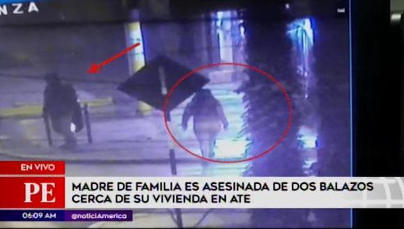 Cámaras de seguridad registraron el preciso momento en que una madre de familia es asesinado de dos balazos en Ate. (Captura: América Noticias)