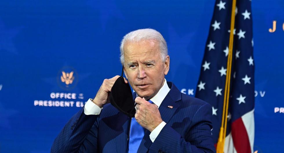 El presidente de Estados Unidos, Joe Biden, se quita la mascarilla mientras anuncia su equipo económico en el Queen Theatre en Wilmington, Delaware. (Foto de Chandan KHANNA / AFP).