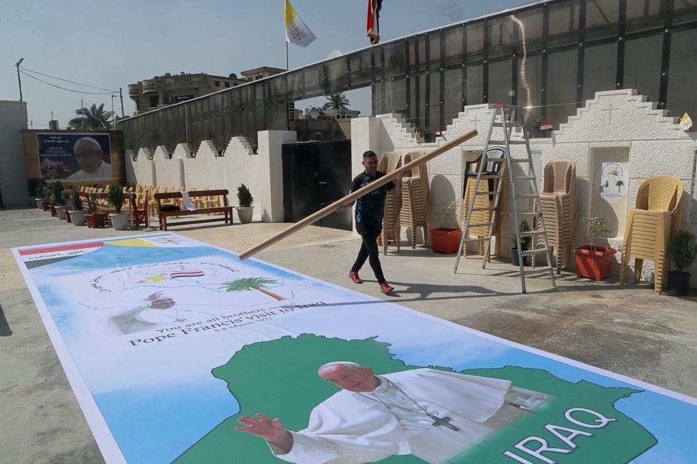 Se preparan carteles de bienvenida al papa Francisco en la Iglesia Caldea de San José, en Bagdad, Irak, el martes 2 de marzo de 2021. (AP/Khalid Mohammed).