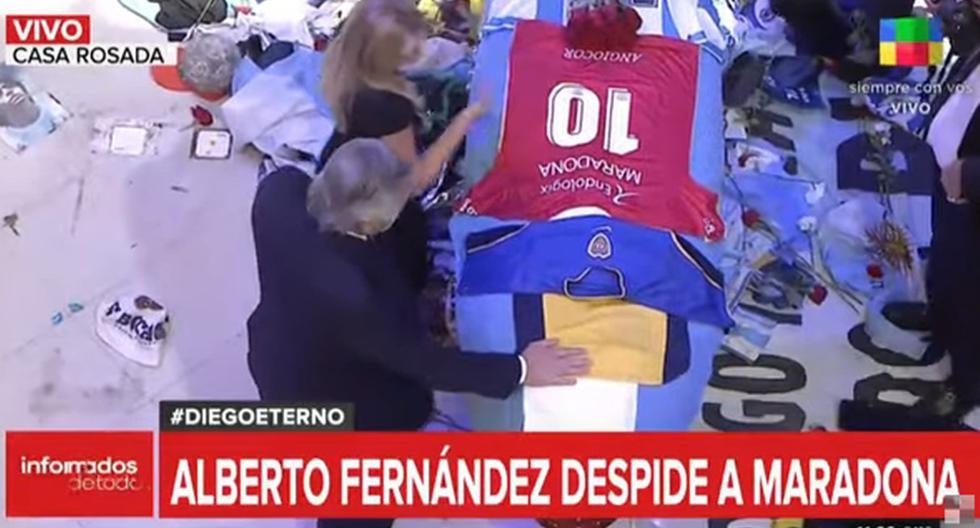 Imagen muestra a Alberto Fernández visiblemente emocionado frente al ataúd de Diego Maradona. (Captura de video/YouTube).