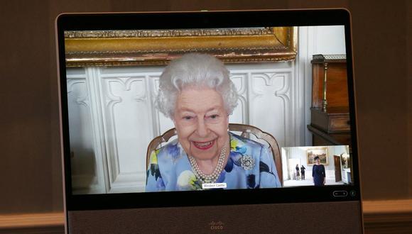 La reina Isabel II del Reino Unido hace su primera aparición pública desde el funeral del príncipe Felipe de Edimburgo. (Foto: AFP)