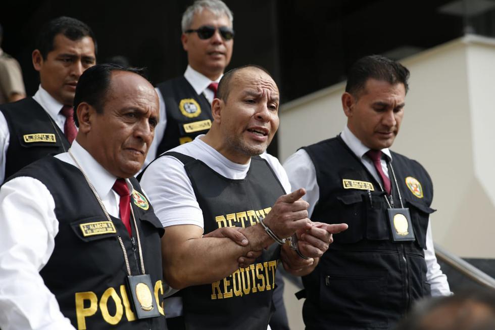 Adolfo Bazán es trasladado por la Policía Nacional. (Foto: Renzo Salazar / GEC)