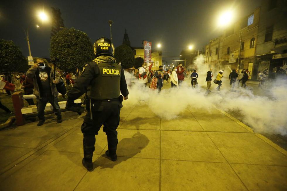 Agentes de la Policía Nacional reprimieron con suma fuerza a los manifestantes que protestaron en los exteriores de la vivienda de Pedro Castillo. (Jorge Cerdan/@photo.gec)