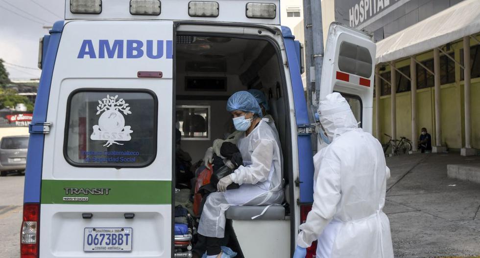 Los pacientes infectados con el nuevo coronavirus COVID-19 suben a una ambulancia del Instituto Guatemalteco de Seguridad Social (IGSS) para ser trasladados a otro edificio luego de que el Hospital General de Enfermedades del IGSS se llenara de pacientes COVID-19, en la Ciudad de Guatemala, el 23 de mayo de 2020. (Johan ORDONEZ / AFP).