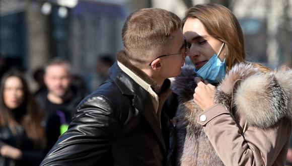 La directora de Salud Pública de Canadá instó el miércoles a las parejas a usar mascarillas durante las relaciones sexuales. (Foto: Sergei SUPINSKY / AFP)
