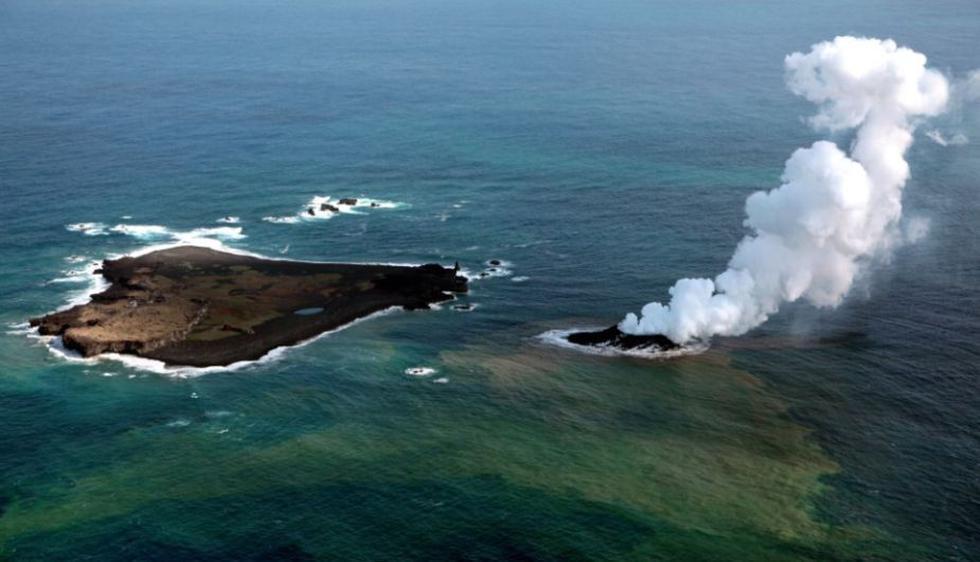 Isla Niijima emitió vapores, en noviembre de 2013, cerca a la isla Nishinoshima. (CNN)