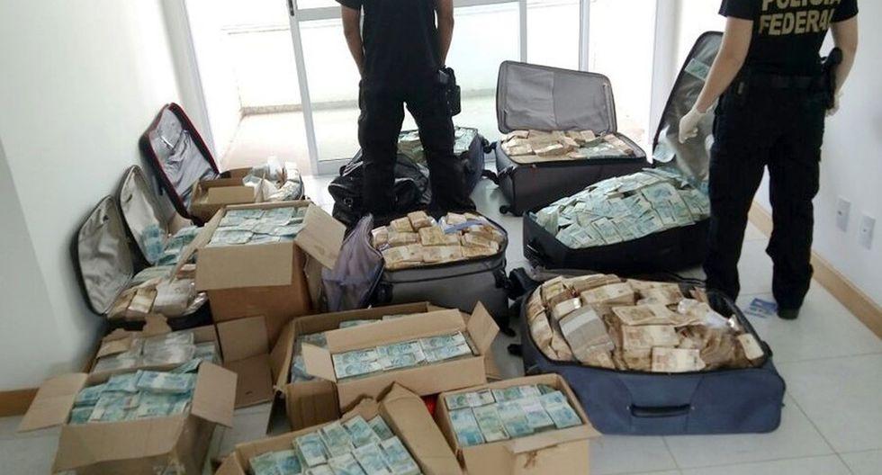 La policía federal de Brasil decomisa valijas y cajas llenas de billetes de 50 y 100 reales en un departamento en Salvador. (AFP)