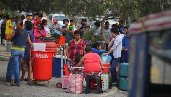 La autoridad edil estimó que se han entregado 200 mil litros de agua embotellada. (Foto: El Comercio)