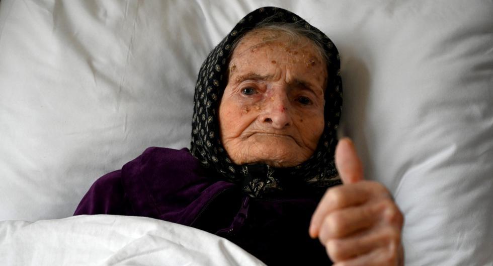 Margareta Kranjcec, de 99 años, levanta el pulgar mientras descansa en su cama en un hogar de ancianos en Karlovac, Croacia. (DENIS LOVROVIC / AFP).