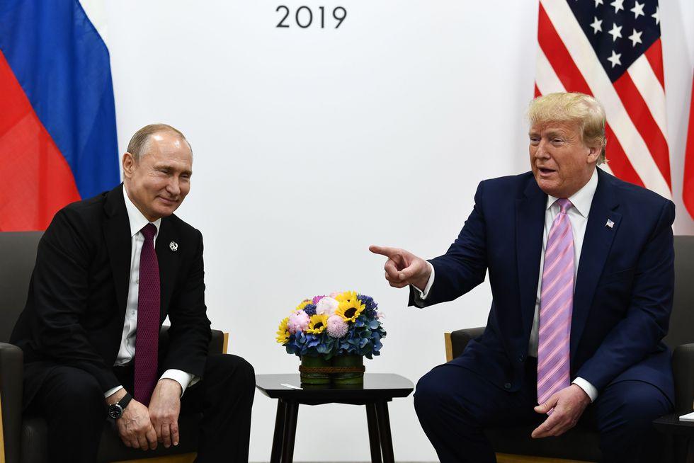 """Trump se volvió entonces hacia Putin, con una sonrisa burlona, y le dijo: """"Nada de injerencias en las elecciones, presidente"""". (AFP)"""