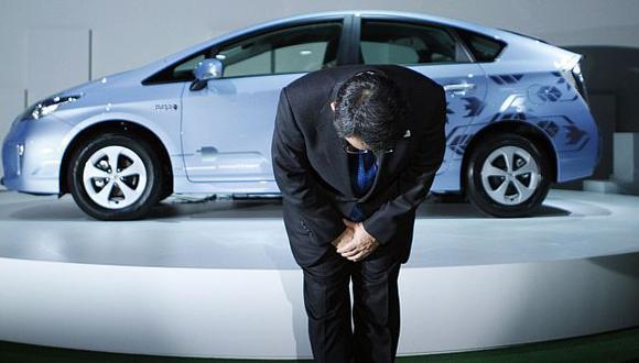 El presidente de la Toyota saluda al público durante la presentación de su híbrido Prius PHV. (Reuters)