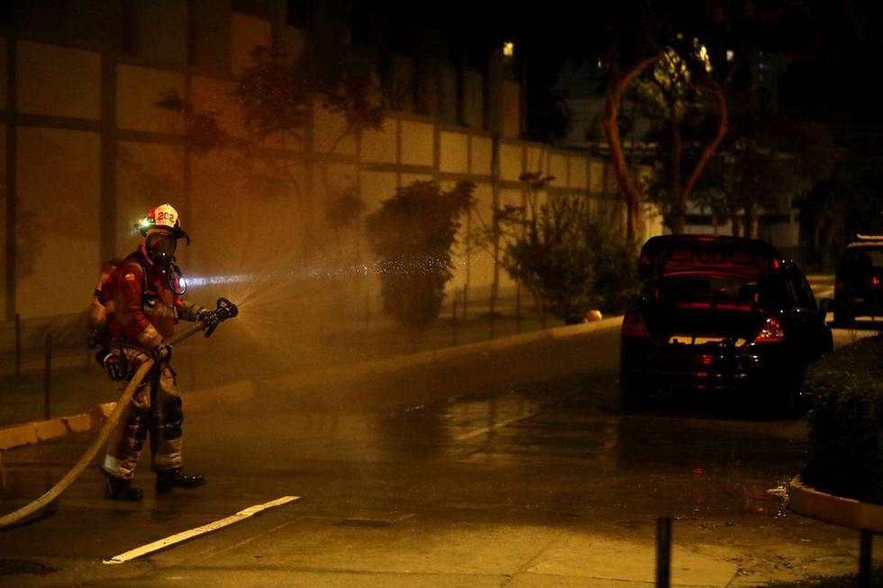 Bomberos controlaron esta noche una fuga de gas GLP de un vehículo que quedó estacionado en la cuadra 16 del Jirón Lloque Yupanqui, en el distrito de Jesús María. (Foto: José Rojas Bashe / @photo.gec)