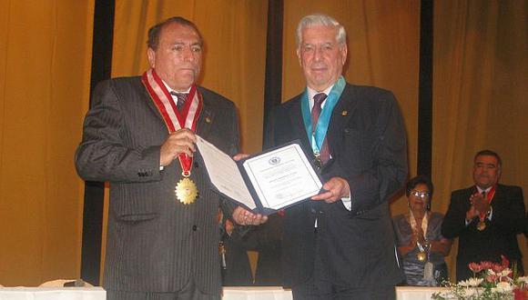 Nobel fue condecorado en Piura con la orden Gran Almirante Grau. (Perú21)