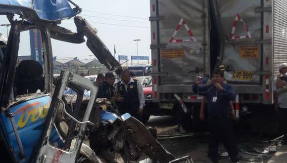 Microbús colisionó con la parte posterior de un camión en la Panamericana Norte, en Trujillo.