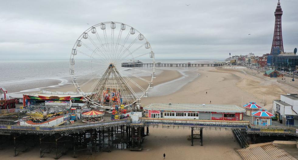 Una vista general muestra el muelle central con la torre de Blackpool al fondo en Blackpool, noroeste de Inglaterra, el 9 de marzo de 2021. (PAUL ELLIS / AFP).