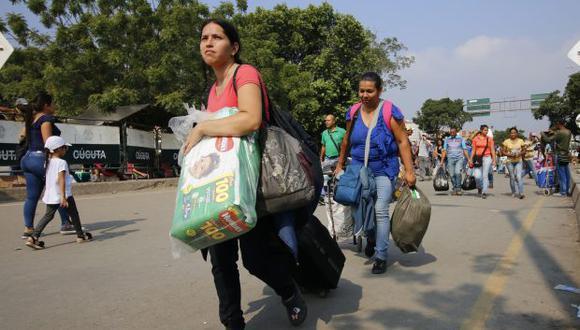 Una mujer vende medicamentos este martes en el puente internacional Simón Bolívar, frontera entre Colombia y Venezuela, que une a Cucúta con San Antonio del Táchira. (Foto: EFE)