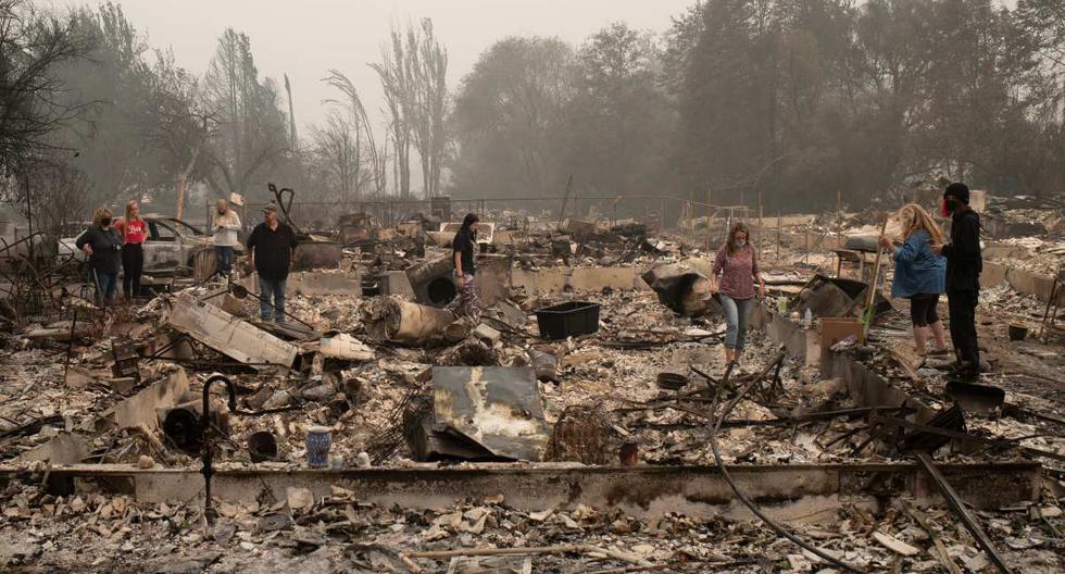 Imagen referencial. Una familia busca pertenencias en su casa, que fue destruida por el incendio de Almeda, en Talent, Oregon, Estados Unidos. (REUTERS/Adrees Latif).