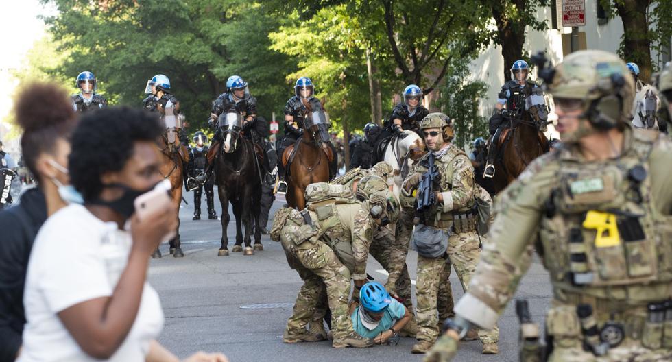 La policía militar detiene a un manifestante cerca de la Casa Blanca (Washington D.C., Estados Unidos) durante una protesta por el asesinato de George Floyd. (ROBERTO SCHMIDT / AFP).