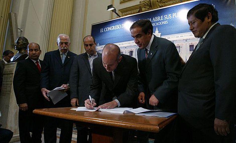 Integrantes de la 'megacomisión' firmaron el informe ante las cámaras de TV. (Alberto Orbegoso)