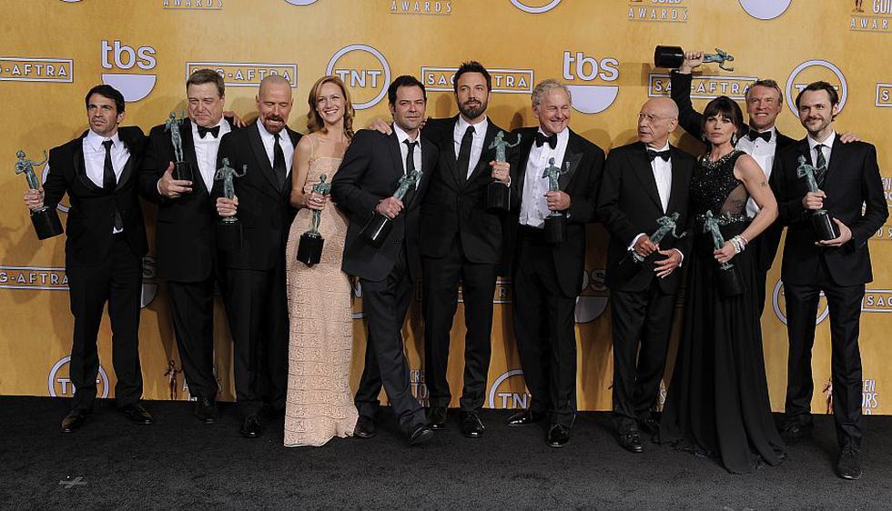 El elenco en pleno de 'Argo' celebró haber ganado el premio al mejor reparto. (AP)