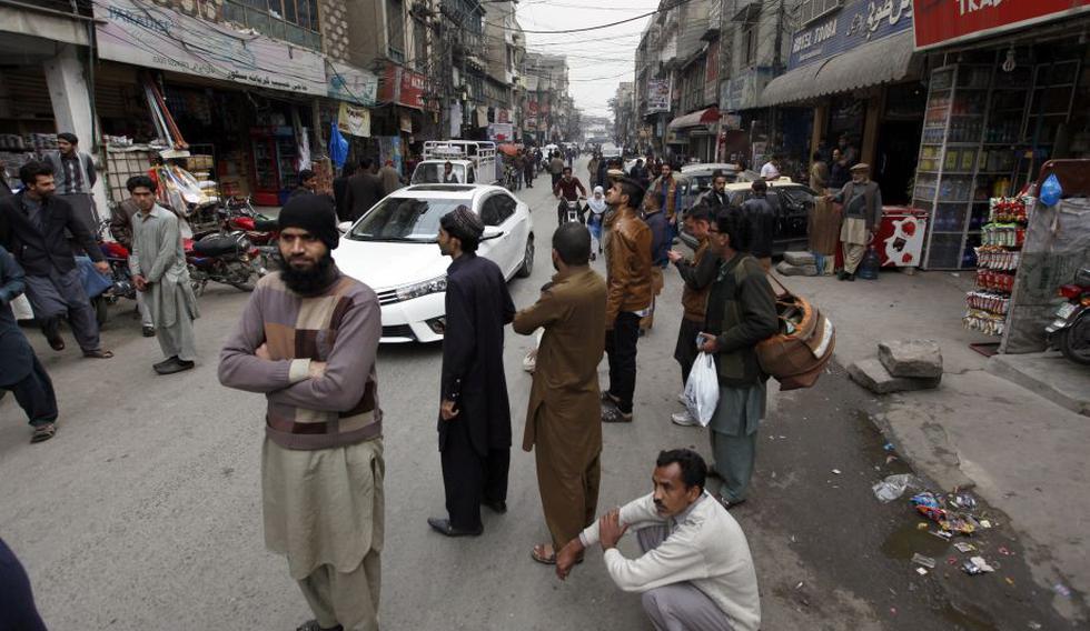 Ciudadanos pakistaníes salen de sus viviendas ante temor por el terremoto. (AP)