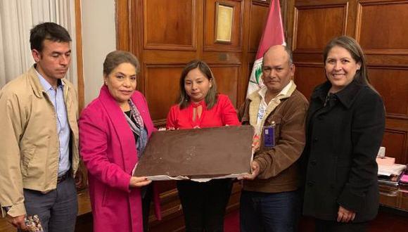 Luz Salgado y Yeni Vilcatoma reciben parte del chocolate más grande del mundo en medio de cuestión de confianza.