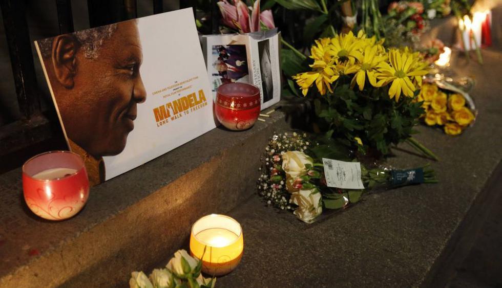 Cientos de sudafricanos salieron a las calles para rendirle homenaje al líder Nelson Mandela. (Reuters)