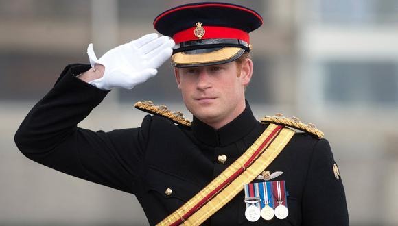 El duque Enrique de Sussex con su uniforme militar en una ceremonia en 2014. (Foto: AFP)