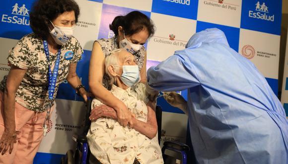 La primera adulta mayor en ser vacunada fue una mujer de 104 años.  (Juan Carlos Dominguez / EsSalud)