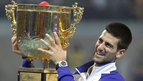 Djokovic levanta su trofeo. (AP)