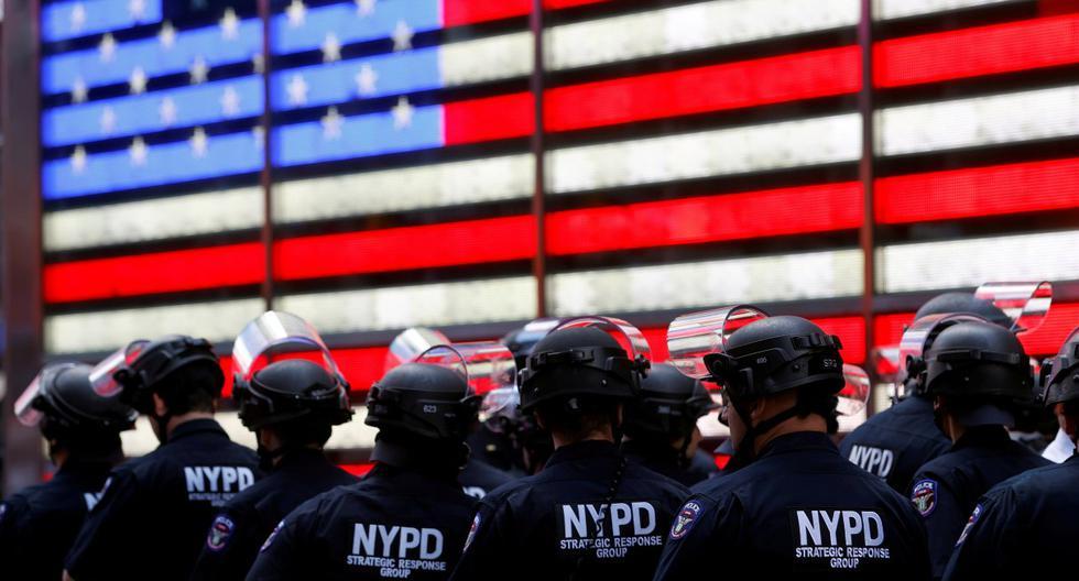 Imagen referencial. Oficiales del Departamento de Policía de Nueva York (NYPD) son vistos en Times Square en medio de las protestas por la muerte de George Floyd. (REUTERS/Mike Segar).