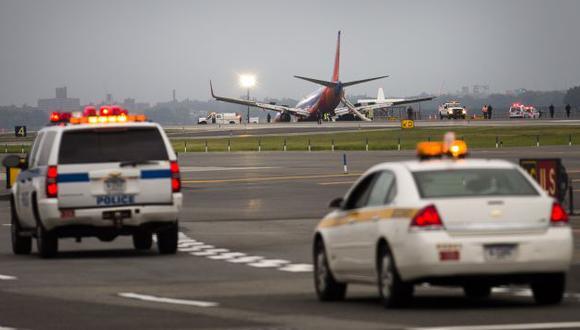 Parte del tren de aterrizaje del avión cedió poco después de aterrizar en Nueva York. (Reuters)
