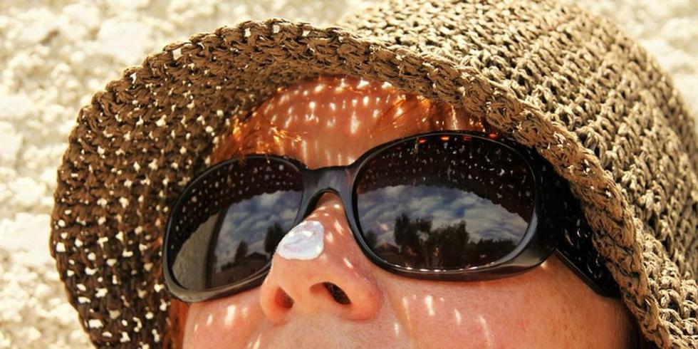Así como cuidas tus ojos durante el paseo, también es vital que lo hagas con tu piel, así haga o no calor. (Foto: Pixabay)