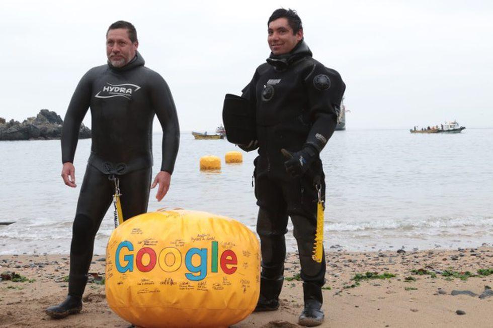 El cable submarino llegó con motos de agua y buzos arrastrándolo. (Foto: Google)
