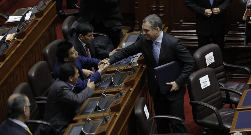 El primer ministro intercambió un apretón de manos con el legislador Moisés Mamani. (Foto: Anthony Niño de Guzmán / GEC)
