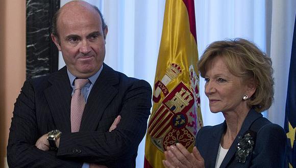 De Guindos junto a su antecesora en el cargo, Elena Salgado. (Reuters)