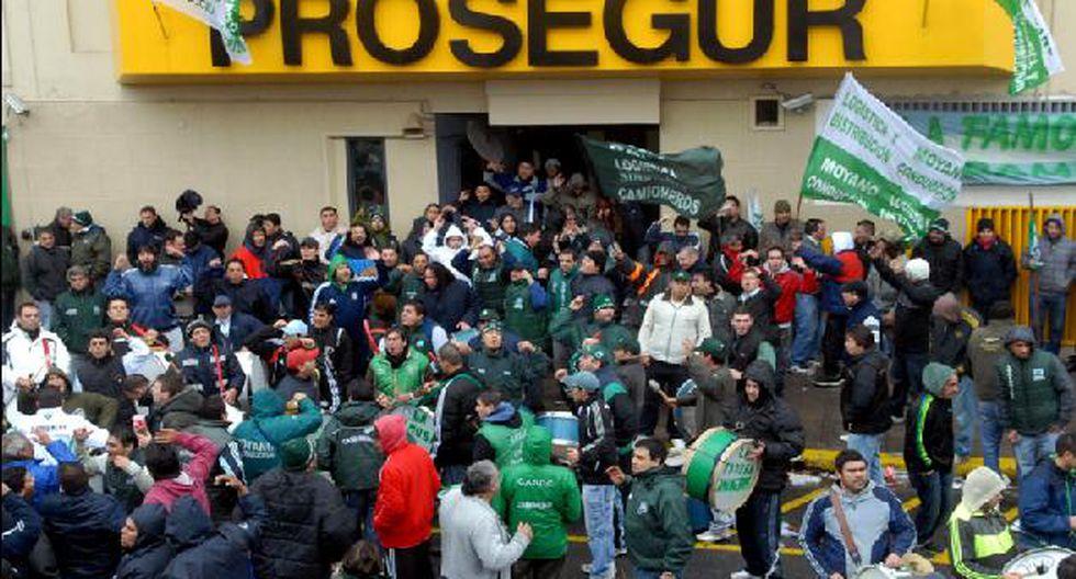 Protesta de transportistas frente a sede de Prosegur. (Télam)