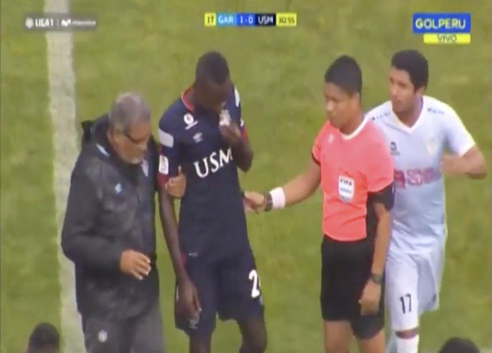 Sunday Afolabi sufrió mal de altura y tuvo que salir del campo. (Gol Perú)