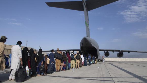 Militares ayudan a las personas evacuadas de Afganistán en el Aeropuerto Internacional Hamid Karzai en Kabul. (Sargento mayor Donald R. Allen / Fuerza Aérea de los EE.UU. A través de AP).