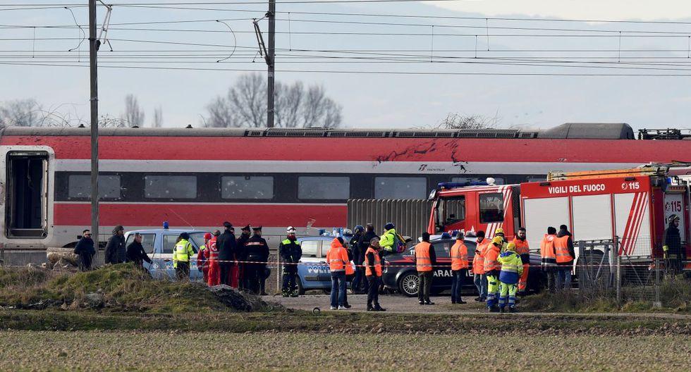 Los agentes de rescate trabajan en el traslado de los 27 heridos que se encontraban abordo. (AFP)