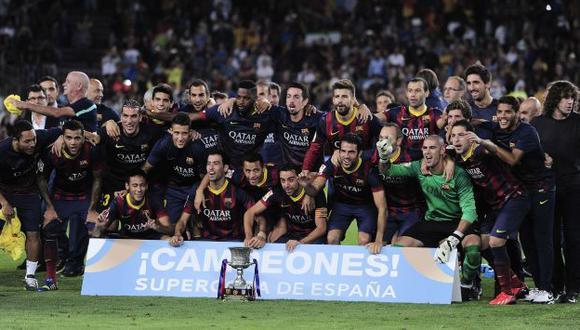 El plantel del Barcelona posa junto a la copa. (AFP)