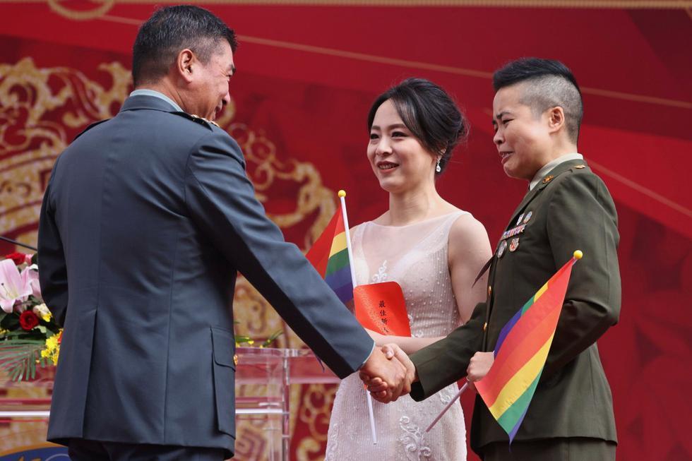 Wang Yi y su esposa Meng Yumi aceptan las felicitaciones de su superior durante una boda masiva militar en Taoyuan, Taiwán. (REUTERS/Ann Wang).