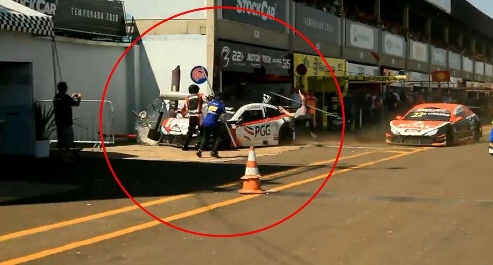 Un auto de carrera en Brasil arrolló y dejó heridos a 3 mecánicos. (Foto: captura)