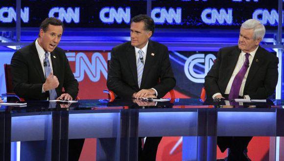 FAVORITO. Mitt Romney, al centro, rodeado de sus dos rivales. (AP)