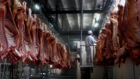 """""""El tema de la carne se desmadró"""", aseguró el presidente de Argentina, Alberto Fernández. En esta foto de archivo del 2016 se aprecia a trabajadores cortando carne en una carnicería en Buenos Aires. (DANIEL GARCIA / AFP)"""