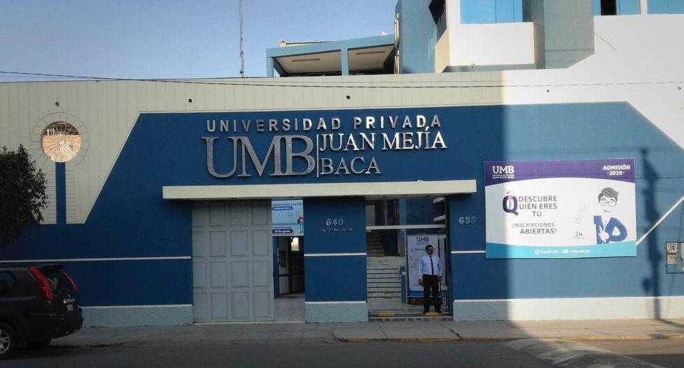 La primera institución superior que no obtuvo su acreditación es la Universidad Privada Juan Mejía Baca, ubicada en la ciudad de Chiclayo y con una población de 546 alumnos.